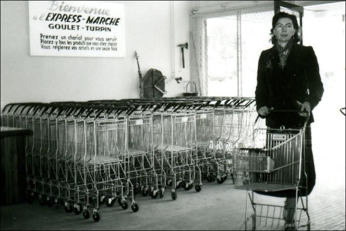 """Le magasin """"Express marché"""", premier supermarché en France, a été ouvert par Goulet et Turpin, à Rueil en banlieue parisienne en ..."""