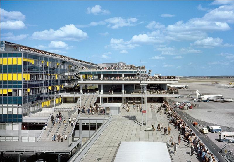 """L'aéroport d'Orly, inauguré 24 avril 1961, est emblématique de France des Trente Glorieuses. Quel chanteur interprète le titre à succès """"Un dimanche à Orly"""" ?"""