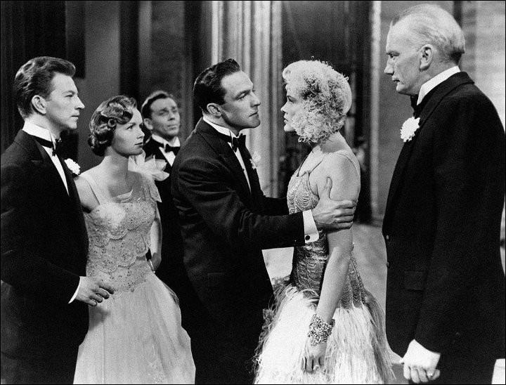 """""""Singin' in the Rain"""" > Existe-t-il encore des fans de comédies musicales ? La réponse semble être oui ! Mais que voit-on dans cette scène, se passant supposément dans les années 30 ?"""