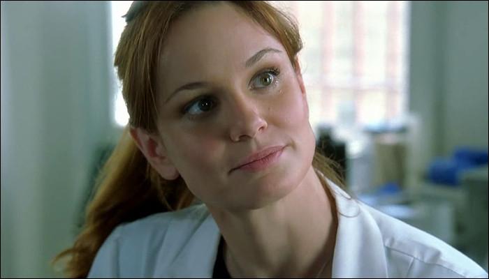 Qui propose le job de médecin à Sara ?