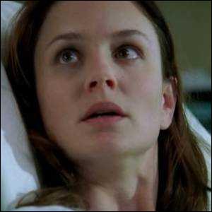 Pourquoi Sara doit-elle laisser la porte de l'infirmerie ouverte ?
