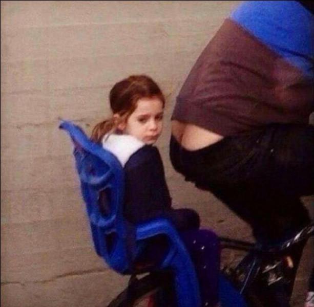 """- Les joies de la bicyclette -+-+-+-+-+-+-+-+-+-+-+-+-+-+-+Que l'on soit assis sur le siège enfant d'une bicyclette ou n'importe où ailleurs dans la Voie lactée, """"gênant"""" restera toujours le participe passé du verbe """"gêner""""."""