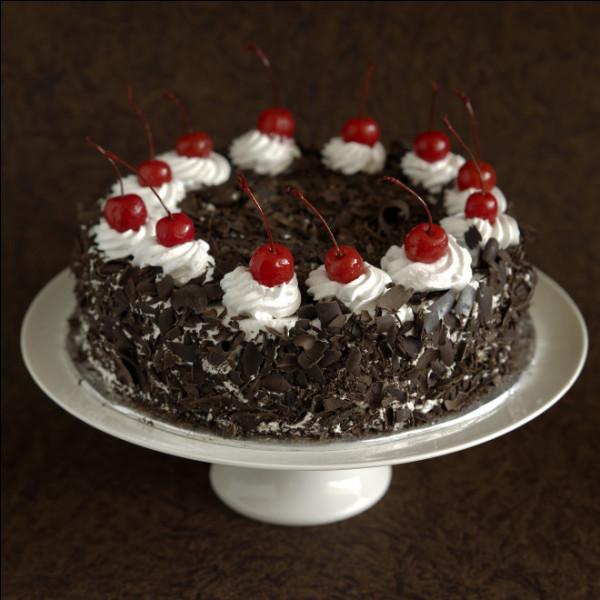 Pour me faire pardonner cette question pas sympa, j'ai choisi ton gâteau préféré ! Ce sont Ferlie et Lotoise qui m'ont aidée à le préparer. Jimmy va apporter les bougies, il est juste un peu en retard. Vu le grand nombre cette année, j'espère qu'il ne s'est pas cassé le dos ! Quant à toi, bien que tu ne manques pas de souffle, j'ai tout de même chargé Théor et Yoshi d'apporter un extincteur !