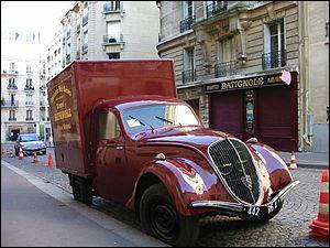 En 1942, dans Paris occupé, un enfant juif, suite à l'arrestation de sa famille par la police française, demande l'asile à Edmond, un commerçant, et l'amène à s'engager malgré lui pour le sauver : c'est ...