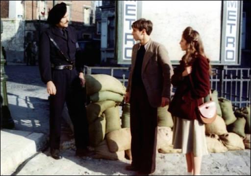 Ce film, sorti en 1974, se déroule pendant la rafle du Vel d'hiv : un étudiant se rend dans le quartier Saint-Paul pour tenter de sauver quelques personnes. Il y rencontre une jeune fille juive (Christine Pascal), qu'il tente de sauver en traversant vers la rive gauche : c'est ...
