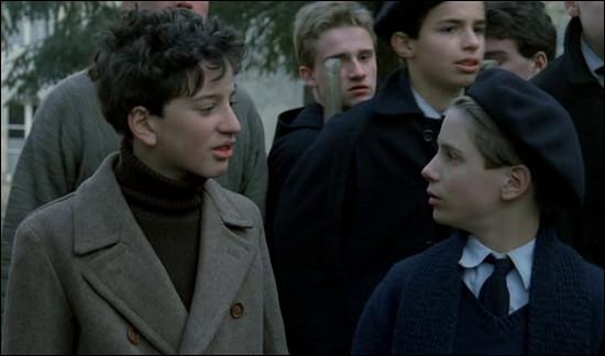 En janvier 1944, un prêtre a caché des enfants juifs dans le collège catholique qu'il dirige : ce film sorti en 1987, c'est ...