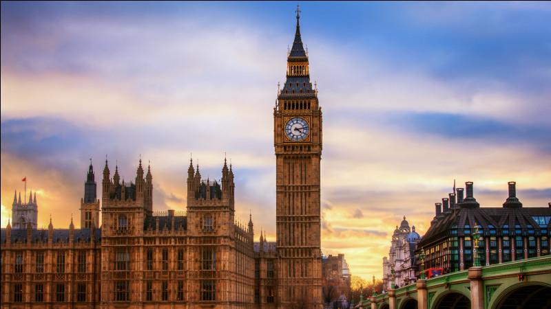 """Quel délicieux repas ! Après avoir payé l'addition nous continuons à marcher 5 m, puis nous nous arrêtons devant Big Ben fascinés par le spectacle.Mais savez-vous que Big Ben est le nom de la cloche, la tour s'appelle """"la tour Elisabeth"""". Combien mesure-t-elle ?"""