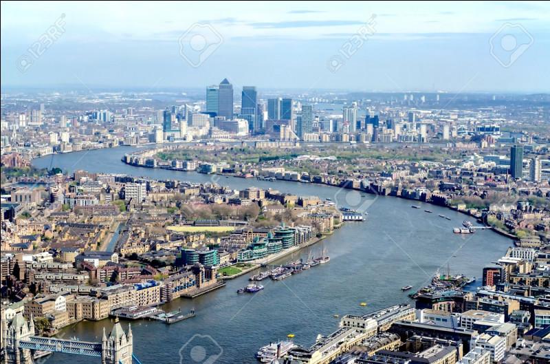 Après avoir visité et admiré Big Ben, nous faisons une petite pose près du fleuve qui traverse Londres. Devant la beauté du fleuve nous décidons donc de le suivre, cela nous fera une belle promenade.Mais comment s'appelle ce fleuve ?