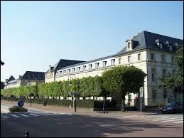 Nous sommes en Île-de-France devant le lycée militaire de Saint-Cyr-l'École. Ville francilienne, dans la Grande Couronne, elle se situe dans le département ...