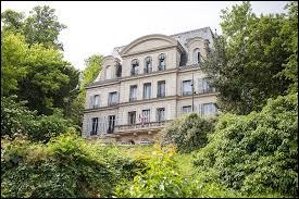 Commune du département de l'Essonne (91) peuplée de 16700 habitants.Ville pour moitié détruite lors du bombardement allié du 18 avril 1944 pendant la Seconde Guerre mondiale - L'observatoire astronomique de Camille Flammarion - La route nationale 7.