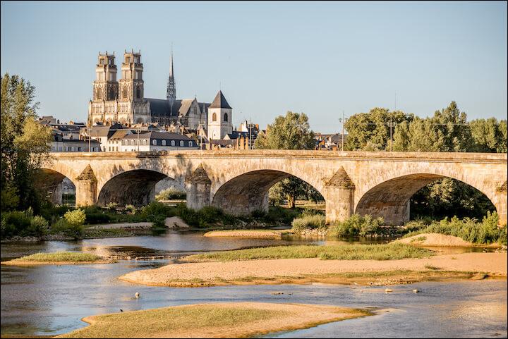 Commune du département du Loiret (45) peuplée de 117000 habitants.La ville est nichée au cœur du Val de Loire, classé au patrimoine mondial de l'humanité - Le pont de l'Europe - Ville située sur les rives de la Loire.