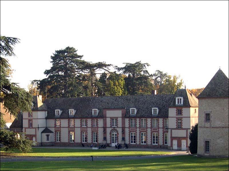 Commune du département du Val de Marne (94) peuplée de 11900 habitants.La ville est limitrophe de la commune du Plessis-Trévise - La route nationale 4 est l'axe routier historique traversant la ville - Le Château des Marmousets.