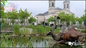 Commune du département de la Vendée (85) peuplée de 54000 habitants.La ville constitue le principal centre urbain du département - La commune doit sa physionomie actuelle à Napoléon Ier, qui fait d'un petit bourg une cité moderne - L'abbaye des Fontenelles.