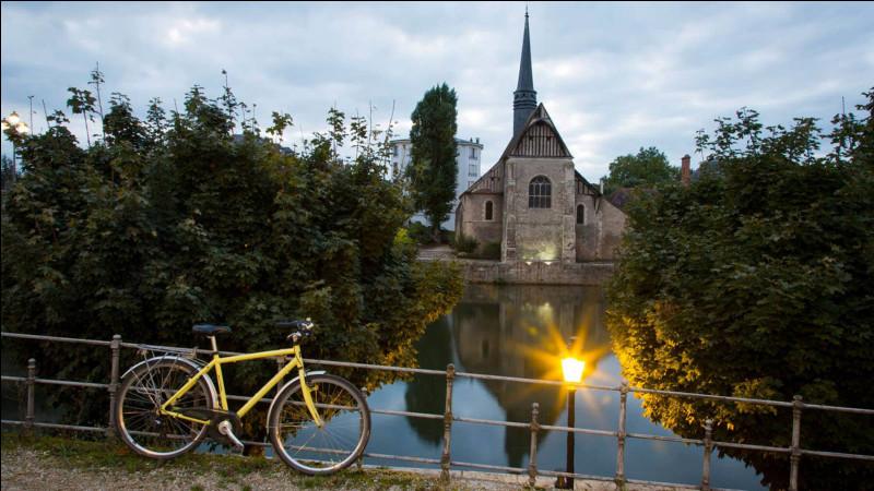 Commune du département de l'Yonne (89) peuplée de 26000 habitants.La ville est bordée par la forêt d'Othe qui s'étend sur le département de l'Aube - Le palais archiépiscopal - En 1914, la ville accueille l'état-major français au lancement de la bataille de la Marne.