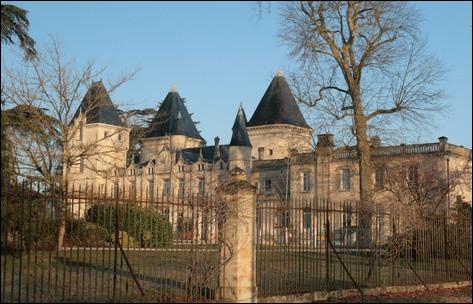 Commune du département de la Gironde (33) peuplée de 43000 habitants.La ville abrite le collège Sciences et Technologies de l'Université de Bordeaux - Le jardin botanique situé dans le Parc du Château Peixotto - Le TER Nouvelle-Aquitaine.
