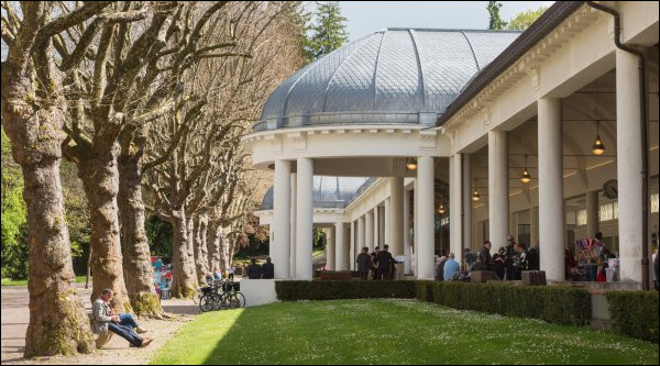 Commune du département des Vosges (88) peuplée de 5100 habitants.La ville abrite un important parc thermal, un casino et un hippodrome - L'acteur Robert Hossein fut décoré citoyen d'honneur de cette ville - La Villa Sainte-Marie.