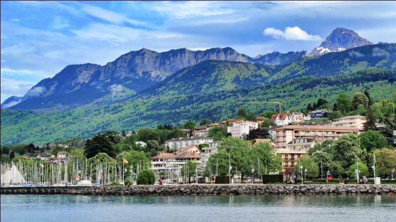 Commune du département de Haute-Savoie (74) peuplée de 9100 habitants.La ville est située sur les bords du Lac Léman - Le Festival de jazz de la Grange au Lac - Le 18 mars 1962, sont signés les accords mettant fin à la Guerre d'Algérie.