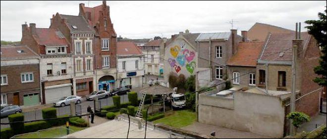 Commune du département du Pas-de-Calais (62) peuplée de 26000 habitants.Ville qui a la particularité d'être administrée par un Maire du Rassemblement National - Les maisons minières de la ville, typiques du bassin minier - L'église Saint-Martin, construite dans le style gréco-byzantin.