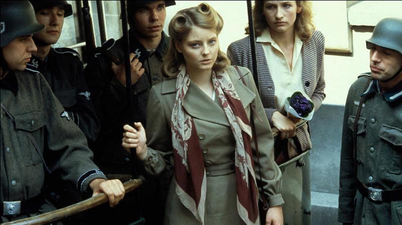 Dans la France occupée par les nazis, des flashbaks reviennent sur la vie de Jean Blomart et de sa maîtresse Hélène (Jodie Foster) ; celle-ci est abattue dans une action de la résistance. Ce film de Chabrol, sorti en 1984, c'est ...