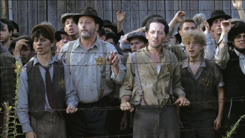 Ce film évoque l'arrestation des victimes de la rafle du Vél' d'Hiv', le 16 juillet 1942, par des policiers français, leur détention au Vélodrome d'Hiver et leur internement au camp de transit de Beaune-la-Rolande : c'est ...