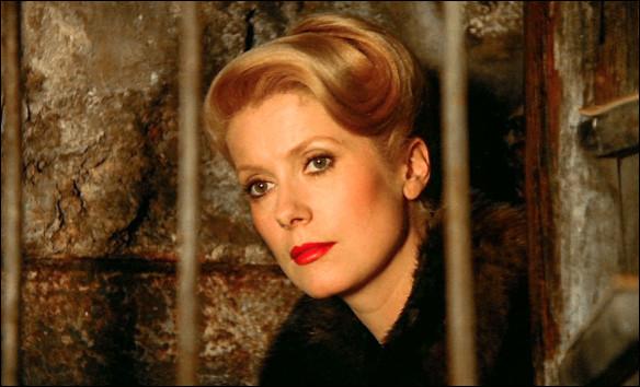 A Paris, en septembre 1942, Marion Steiner (Catherine Deneuve) assure la direction du théâtre Montmartre, à la place de son mari juif. Lucas Steiner dont tout le monde pense qu'il a fui la France : c'est ...