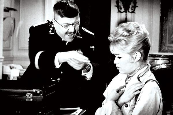 A sa sortie en 1959, c'est le premier film français à traiter de la Seconde Guerre mondiale et de l'occupation sur le mode de la comédie :