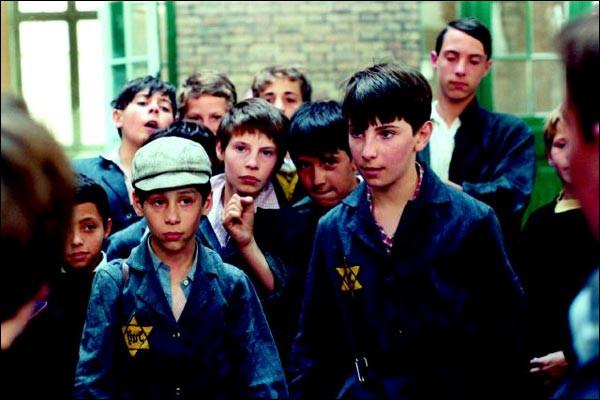 En 1942, les lois antisémites de Vichy contraignent les enfants d'un coiffeur juif de Paris à fuir vers le sud. Ils réussissent à passer la ligne de démarcation et rejoignent Menton. C'est ...