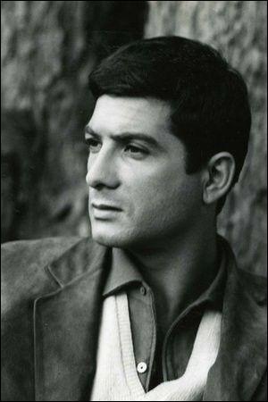 """Il commence sa carrière en 1956, joue dans """"Ascenseur pour l'échafaud"""" de Louis Malle dans """"Le Beau Serge"""" et """"Les Cousins"""" de Claude Chabrol : c'est ..."""