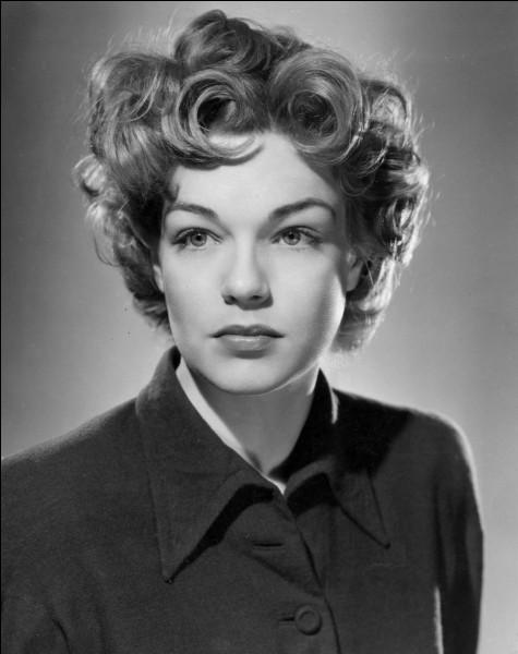 """Elle est devenue célèbre avec ses rôles dans """"Casque d'or"""" et dans """"Les Diaboliques"""", puis elle a reçu le Prix d'interprétation féminine au Festival de Cannes 1959 et l'Oscar de la meilleure actrice l'année suivante pour son rôle dans """"Les Chemins de la haute ville"""" : c'est ..."""