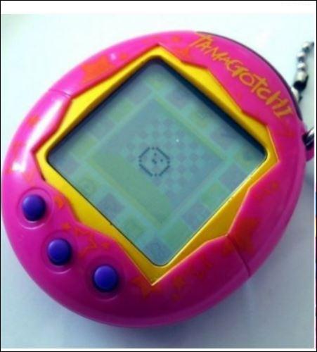 """Un succès incontesté pour ce jeu électronique des années 90 appelé """"Tamagotchi"""". Il était très populaire auprès des jeunes enfants mais aussi très apprécié des parents. Pourquoi d'après-vous ?"""