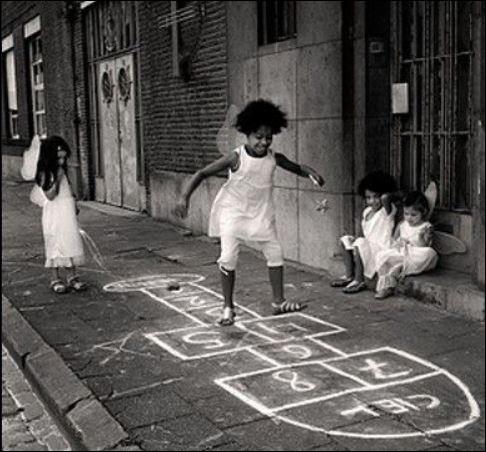 Ce jeu est probablement l'un des plus anciens jeux d'enfants. Son tracé se fait à la craie : Terre pour le départ, Enfer pour désigner une zone d'obstacles et Ciel pour la zone de repos. Quel est ce jeu d'extérieur dont un dessin a été retrouvé sur le sol du forum de Rome ?