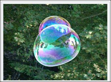 Ah, les jolies bulles de savon colorées. Ce jeu est aujourd'hui devenu un sport avec des compétitions. De l'eau distillée, du liquide vaisselle et un peu de sucre, voici les trois ingrédients pour obtenir de belles bulles. Que doit-on ajouter à cette préparation pour rivaliser avec un compétiteur ?