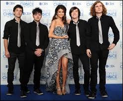 En 2008, elle forme un groupe musical avec des musiciens. Comment se nomme-t-il ?