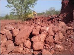 Quelle roche constitue le principal minerai permettant la production d'aluminium ?