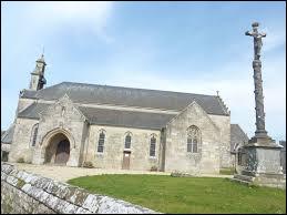 Nous sommes en Bretagne devant l'église Saint-Brandan de Trégrom. Commune du Trégor, dans l'arrondissement de Lannion, elle se situe dans le département ...