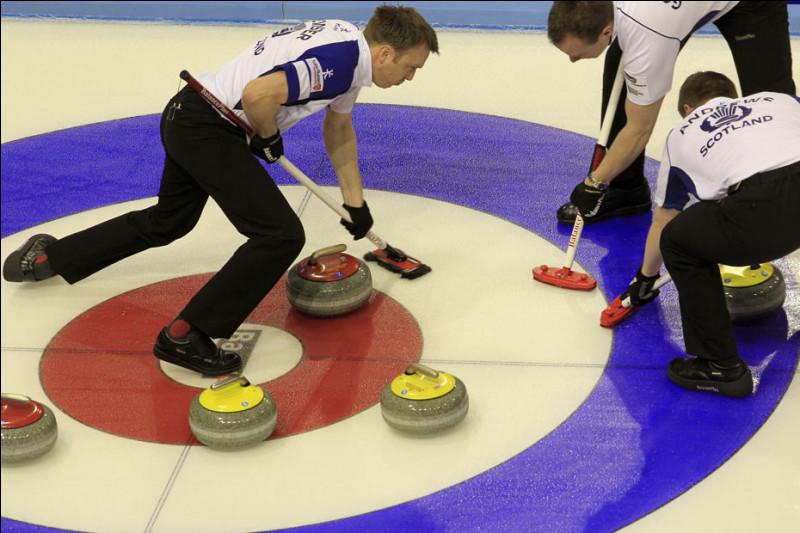 Quel est ce sport de précision pratiqué sur la glace avec des pierres en granite et des balais ?