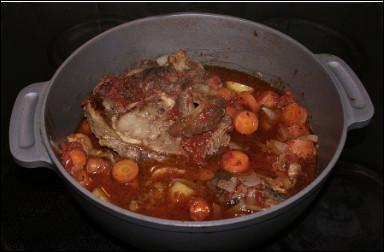Quel est ce plat milanais à base de ragoût de jarret de veau braisé au vin blanc sec, accompagné de légumes ?