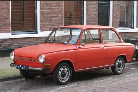 Aujourd'hui, cette marque automobile néerlandaise est liée aux poids lourds. Il fut un temps où des automobiles portaient ce nom de poids lourd comme celle en image. Comment s'appelle-t-elle ?
