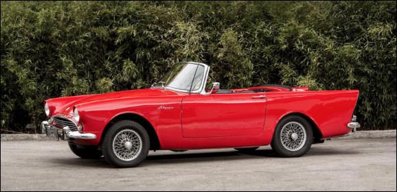 Étrange, je reconnais ce roadster anglais mais j'ai oublié son nom. Je sais que son constructeur a été racheté par Chrysler dans les années 60. Pouvez-vous me nommer ce roadster ?