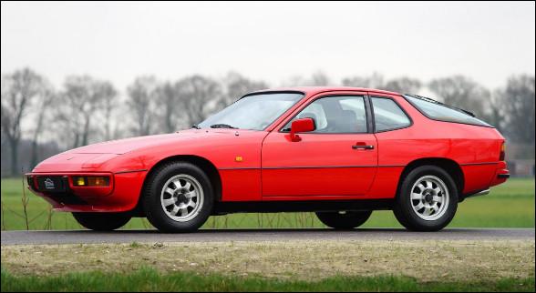 Constructeur connu pour produire des sportives à moteur arrière, celle en illustration diffère principalement par l'emplacement de son moteur, sur celle-ci, le moteur est à l'avant. Quel est son nom ?