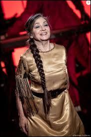 Catherine Ringer a ----- un medley du groupe Les Rita Mitsouko. Elle a ----- hommage à son ancien partenaire Fred Chichin.