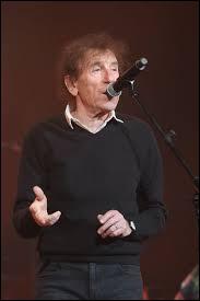 Alain souchon a ----- à dix Victoires de la musique. Ses chansons sont très ----- dans la francophonie.