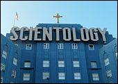 La scientologie est un ensemble de croyances et de pratiques dont les principes ont été développés aux États-Unis en 1952. L'Église de Scientologie fut fondée à Camden dans le New Jersey et ouvrit en décembre 1953. Comment s'appelle son fondateur ?