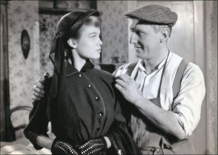 """Bourvil a commencé sa carrière au cinéma par des rôles de « comique-paysan » ; cette comédie de 1952 est, après """"Le Rosier de madame Husson"""", un premier grand succès avec 3 millions d'entrées ; c'est la première apparition à l'écran de Brigitte Bardot : le titre de ce film est ..."""