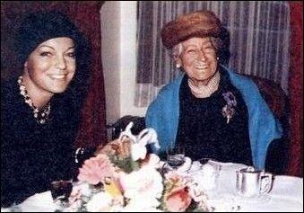Rosemarie, surnommée Romy, est fille et petite-fille de comédiens. Sa grand-mère était la Sarah Bernhart d'Autriche, Rosa Retty. Est-ce vrai ?