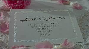 Pour le premier mariage d'Angus et Laura, qu'a mis comme alliance le témoin ?