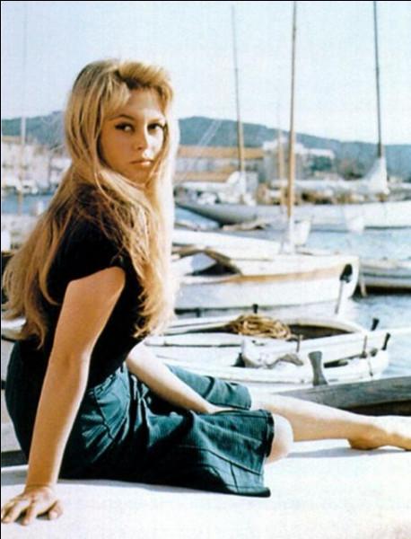 """Brigitte Bardot, après son premier film """"le Trou normand"""" en 1952, est devenue une vedette internationale avec ce film sorti en 1956 :"""
