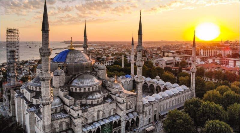 Qu'est-ce qui se trouve à côté de l'étoile du drapeau turc ?