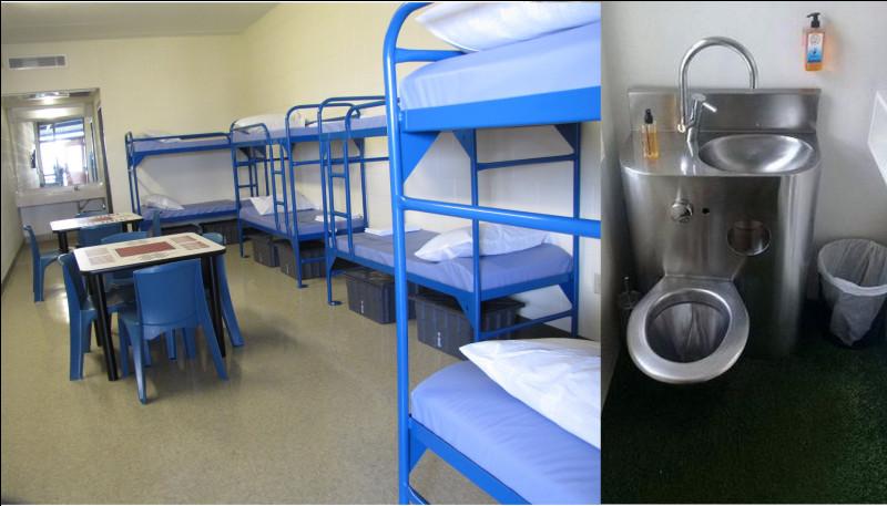 Voila la prison, la base en a six. Dans l'espace sanitaire, il manque quelque chose, quoi ?