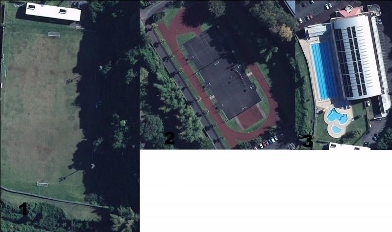 Dehors, ce site abrite un complexe sportif. Les membres peuvent pratiquer de nombreuses activités sportives. Quelle illustration possède une piscine ?